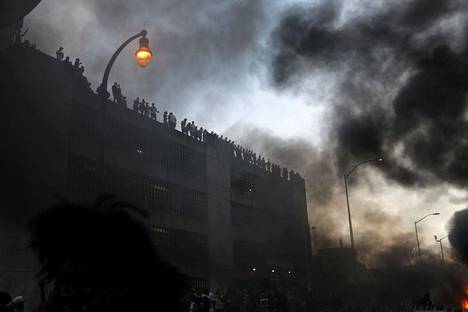 Poliisiauto paloi protesteissa Atlantassa.