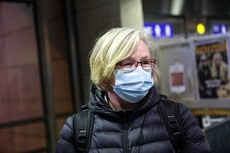 Satu Vainio matkusti metrolla Puotilaan maski kasvoillaan STM:n suositusten mukaisesti.