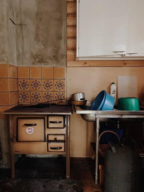 Keittiössä oli aiemmin puuhella. Sen ulkonäkö kyllä viehätti, mutta kovinkaan käytännöllinen se ei ollut.