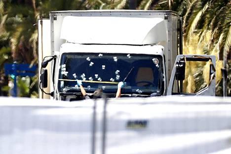 Ranskan Nizzassa heinäkuussa tapahtuneen iskun aseena käytetyn kuorma-auton tuulilasi.