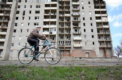 """Siviiliväestö elää uuden sodan pelossa Ukrainan ja kapinallisten """"kansantasavaltojen"""" välisellä kontaktilinjalla. Kuva Avdiivkasta 16. huhtikuuta."""