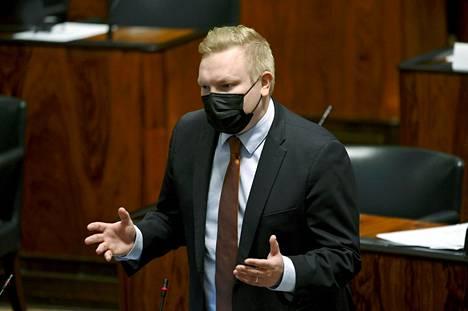 """Keskustan eduskuntaryhmän puheenjohtaja Antti Kurvinen kertoi pitävänsä hallituksen esitystä """"valitettavan surullisen välttämättömänä."""""""