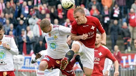 HIFK (punaisissa) voitti FC Jazzin ja nousi Veikkausliigaan.