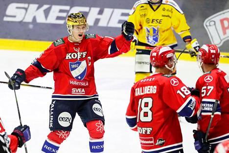 Anton Lundell (vas.) teki Helsingin IFK:n paidassa 26 runkosarjaottelussa tehot 16+9=25. Tässä hän juhlii maalia Teemu Tallbergin ja Johan Motinin kanssa.