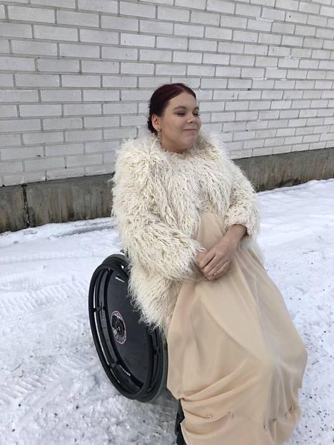"""Martta Sivonen tanssi vanhat Kajaanissa. """"Tyyliini kuului samppanjanvärinen mekko sekä karvatakki. Pyörätuoli on koristeltu eri värisillä tekotimanteilla."""""""