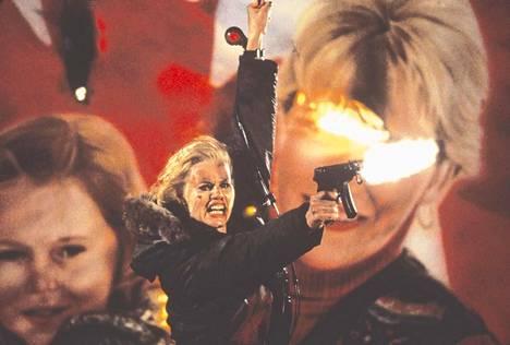 Geena Davis on perheenäiti, joka paljastuu myös omaksi yllätyksekseen ammattitappajaksi Renny Harlinin vaihdikkaassa toimintaleffassa The Long KIss Goodnight.