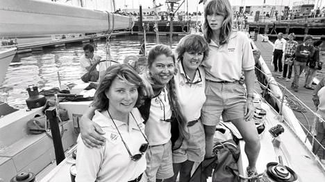 Maiden-veneen miehistöä 1. syyskuuta 1989. Mikaela von Koskull toinen edestä.