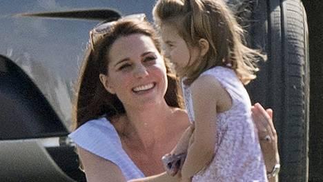 Herttuatar Catherine ja pikkuprinsessa Charlotte kuvattuna viime heinäkuussa.