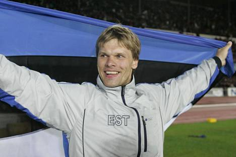 Andrus Värnik juhli maailmanmestaruutta Helsingin Olympiastadionilla 2005.