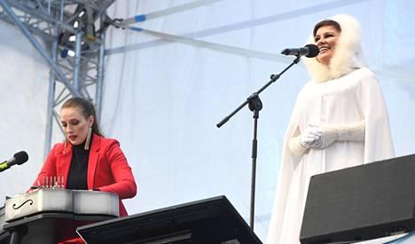 Ida Elina ja Arja Koriseva esiintyvät Senaatintorilla.