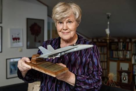 Elisabeth Rehn piti salaisuuden Hornetien ostosta jopa aviomieheltään Ovelta viimeiseen asti. Vasta aamuna ennen kauppojen julkaisua hän oli noussut aikaisin ja kattanut nukkumaan jääneelle Ovelle aamiaispöydän valmiiksi. Kahvikupin viereen hän oli asetellut Hornetin muovisen pienoismallin.