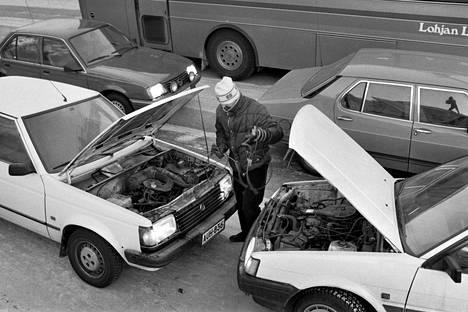 Autoja käynnisteltiin monella tavalla.