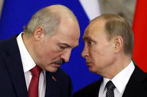 Valko-Venäjän presidentti Aleksandr Lukashenko (vasemmalla) oli pitkään Vladimir Putinin läheisiä liittolaisia. Valtiojohtajien välit ovat viilentyneet Ukrainan sodan vuoksi.