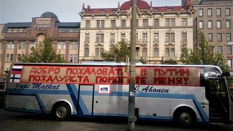 Japi-Matkojen mielenosoitusbussi ajoi keskiviikkona Helsingissä muun muassa Tehtaankadulla Venäjän suurlähetystön ohi ja oli pysäköitynä Ateneumin luona.