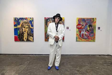 Andy McCoy poseerasi taidenäyttelynsä avajaisissa Helsingin Kaapelitehtaalla pian poistuttuaan Big Brother -talosta.