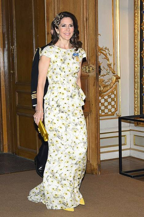 Tanskan kruununprinsessa Mary saapui iltajuhlaan upeassa kukkakuosissa.