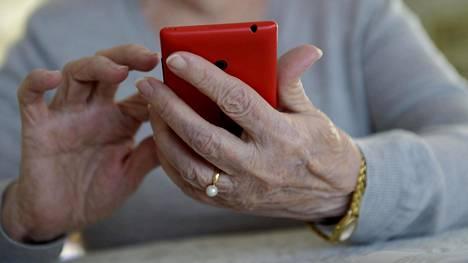 Älypuhelimen käyttö on Ruotsissa Suomea yleisempää iäkkäämpien ikäluokkien keskuudessa.