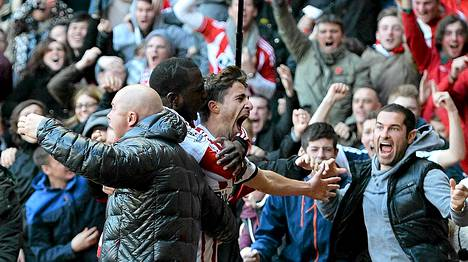 Yleisöä riensi katsomosta halaamaan Fabio Borinia.