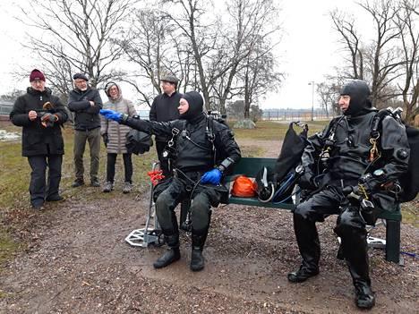 Urheilusukeltajat ry:n Sami Sahramies (vas) ja Teemu Kerola kertoivat maakravuille havainnoistaan. Kumpikin on kokenut hylkysukeltaja.