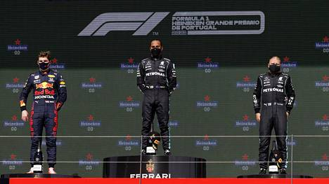 Lewis Hamilton, Max Verstappen ja Valtteri Bottas ovat tuttu näky palkintopallilla.