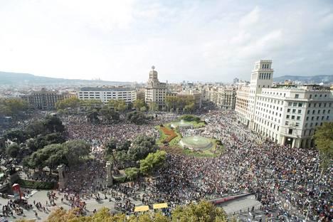 Katalonia-aukiolla oli tuhansia ihmisiä osoittamassa mieltään Barcelonassa maanantaina.