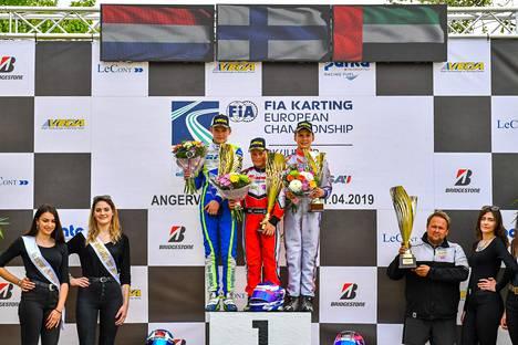 Tuukka Taponen pääsi tuulettamaan voittoa kartingin EM-sarjan avauksessa huhtikuussa. Palkintokorokkeen vieressä oikealla tallipomo Jussi Kohtala.