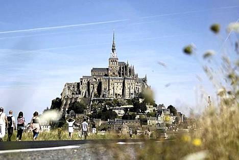 Turistit ihailevat kuuluisaa Mont-Saint-Michelin luostarisaarta Normandian rannikolla Ranskassa. Lähes koko saaren kattava luostari julistettiin Ranskassa historialliseksi monumentiksi vuonna 1874. UNESCOn maailmanperintölistalla se on ollut yli 30 vuotta. Saarta on usein verrattu antiikin maailman seitsemään ihmeeseen.
