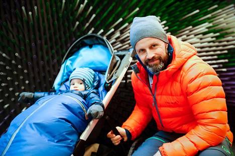 Tänä päivänä Marit Björgenille tärkeintä on perhe, johon kuuluvat aviomies, yhdistetyn olympiavoittaja Fred Börre Lundberg sekä kaksi lasta, joista kuvassa esikoispoika Marius. Kuva Lahden MM-kisoista 2017.