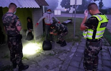 Liettuan rajavartijat pidättivät siirtolaisia Liettuan ja Valko-Venäjän rajalla Kalviaissa keskiviikkona.