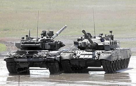 Venäjän taistelupanssarivaunut T-90 ja T-80.