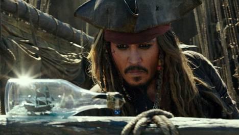 Renttukapteeni Jack Sparrow (Johnny Depp) jatkaa seikkailujaan entistä väkinäisemmin.