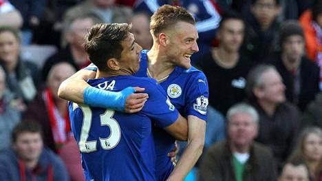 Leicester kohtaa West Hamin. Kuvassa Jamie Vardy ja Leonardo Ulloa.