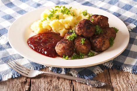 Lihapullat ruotsalaiseen tapaan, tarjoiltuna perunamuusin, puolukkahillon ja persiljan kera.