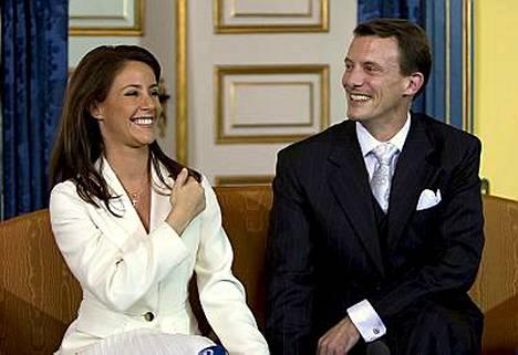 Joachim ja Marie Cavallier säteilivät eilen rakastuneina lehdistötilaisuudessa.