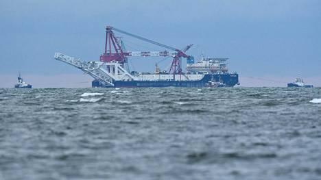 """Kaasuputkea laskeva venäläisalus """"Fortuna"""" kuvattuna Saksan rannikon edustalla."""