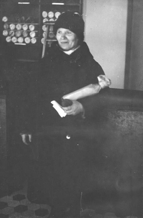 Ensimmäinen ostaja alkoholiliikkeessä kieltolain kumoamisen jälkeen. Ensimmäiset 58 myymälää avattiin 5.4.1932 kello 10.00.