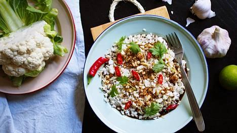 Kun kukkakaalin silppuaa muruksi, se imaisee maukkaan kastikkeen kuin riisi.