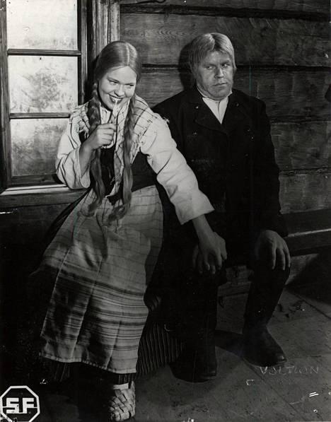 Seitsemän veljestä: Venlaa näyttelee Wilho Ilmarin versiossa Elsa Turakainen ja Juhania Edvin Laine.