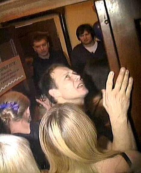 Silminnäkijävideosta otetussa kuvassa näkyy, kuinka tukala tilanne oli ihmisten pyrkiessä ulos rakennuksesta.