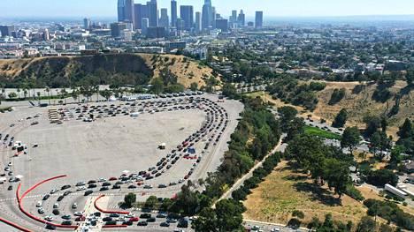 Ilmakuva Los Angelesissa, jossa autoilijat jonottivat koronavirustesteihin Dodger Stadiumin parkkipaikalla perjantaina.