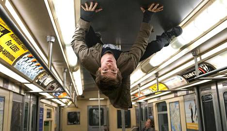 Andrew Garfield näyttelee Peter Parkeria.