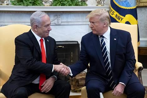 Israelin pääministeri Benjamin Netanjahu kätteli Yhdysvaltain presidenttiä Donald Trumpia Valkoisessa talossa 27. tammikuuta 2020.
