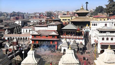 Pashupatinathin alueella on useita hindutemppeleitä ja lukemattomia pieniä pyhättöjä. Pyhän Bagmati-joen rannalla vietetään hautajaisia.