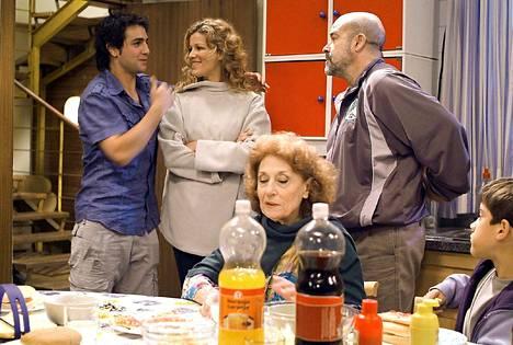 Serranon perhe esitettiin Suomessa TV1:llä. Marcosia näytteli Fran Perea (vas.). Hän lauloi myös sarjan tunnusmusiikin.