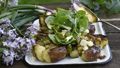 Kun perunat liiskataan hellästi ennen grillausta, ne saavat enemmän maukasta grillipintaa.