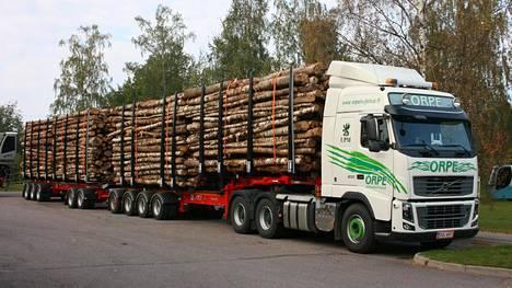 Erikoispitkä puutavara-auto huilaa parkkipaikalla Lappeenrannassa.