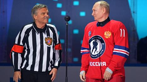 Venäjän presidentti Vladimir Putin (oik.) ja kansainvälisen jääkiekkoliiton IIHF:n puheenjohtaja René Fasel näytösottelussa Sothsissa toukokuussa 2021.