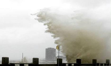 Korkeat aallot iskivät rantaan Uruguayn pääkaupungissa Montevideossa.