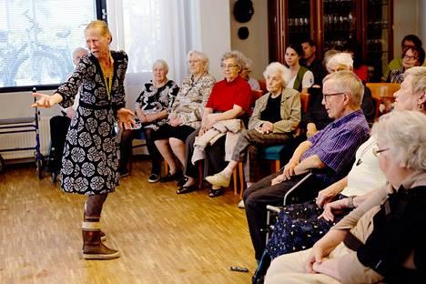 Kati Outinen esittää muistisairautta käsittelevää monologinäytelmäänsä hoitokodeissa, kuten tässä kuvassa Tampereen Viola-kodissa.
