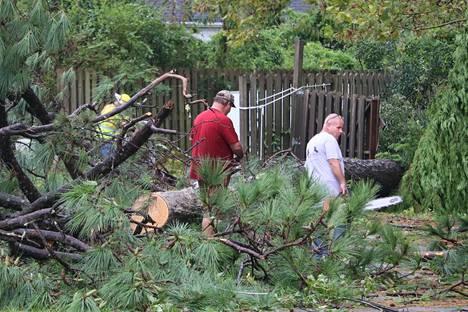 Tielle kaatuneita puita raivattiin Wilmingtonissa.